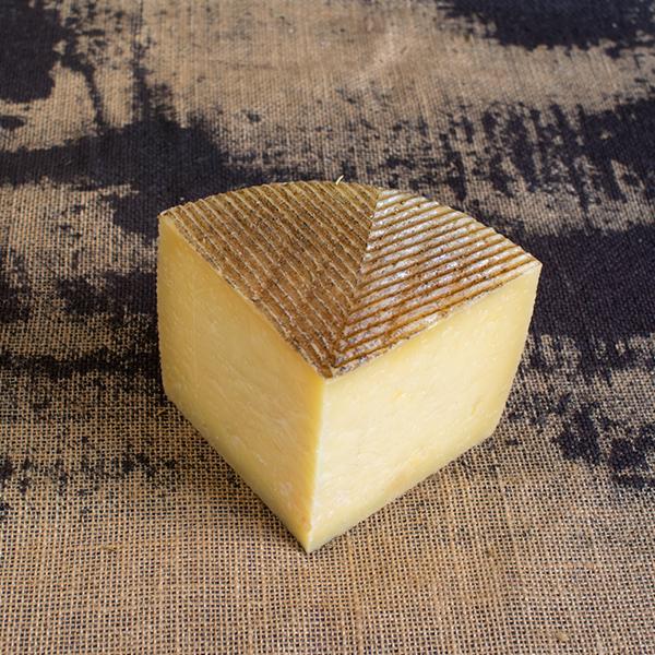 cuña de queso manchego artesano semicurado