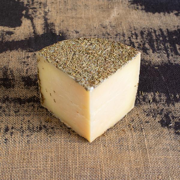 cuña de queso de oveja curado al romero